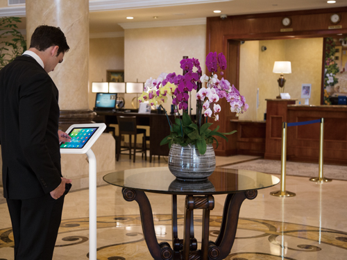 Напольная стойка для планшета в гостиннице