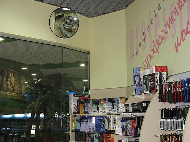 Сферическое зеркало в магазине